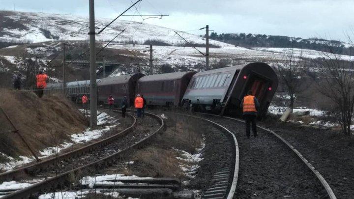 Accident feroviar în România: Două vagoane, în care se aflau 20 de călători, au deraiat. O persoană rănită (FOTO)