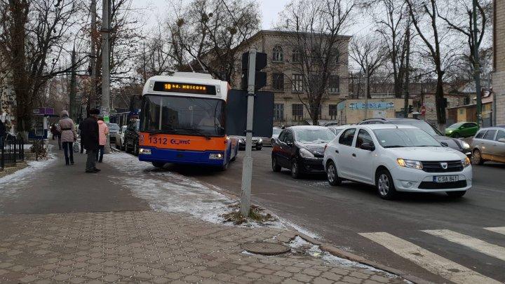 ACCIDENT ÎN LANŢ în cartierul Telecentru. Patru maşini s-au ciocnit la semafor (FOTO)