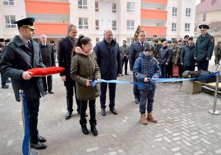 Cadou special înainte de Revelion. 335 de militari au primit cheile de la apartamentele de serviciu (FOTO)
