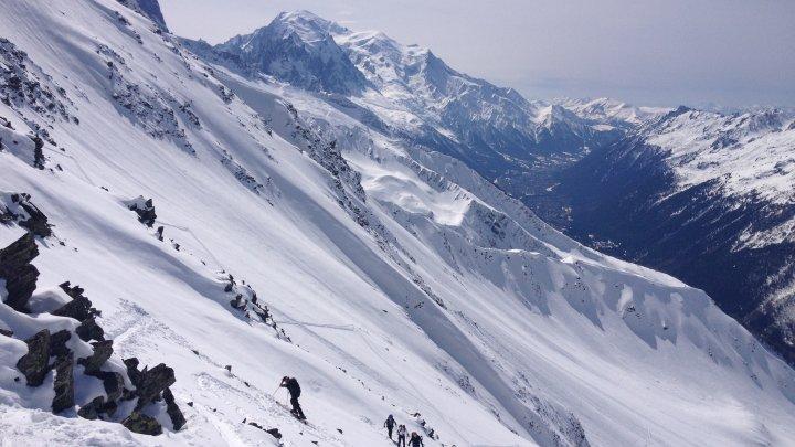 Un copil a fost găsit în viață, după ce a fost îngropat de o avalanșă în Alpii francezi