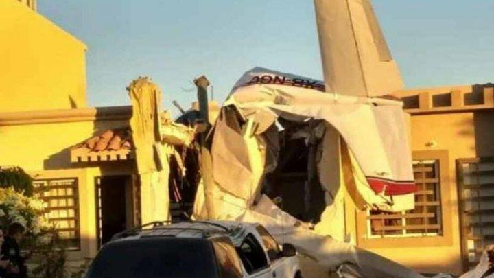 MOMENTUL TERIBIL în care un avion ia foc şi se prăbuşeşte peste o casă: Sunt VICTIME (VIDEO)