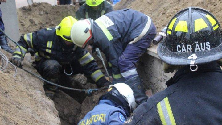 CAZ TRAGIC în Capitală! Un bărbat a murit după ce a fost acoperit de un morman de pământ