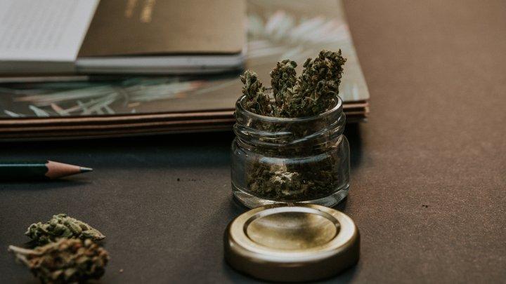 Au înlocuit tămâia cu marijuana. Preotul şi enoriaşii au ajuns la spital după slujbă