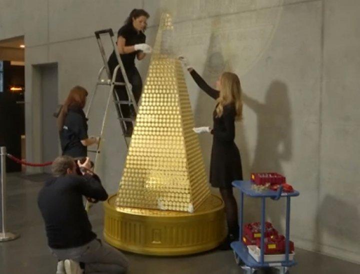 Aşa brad nu ai mai văzut! Pomul de Crăciun INEDIT a fost expus în holul unei firme. Din ce a fost confecţionat (VIDEO)