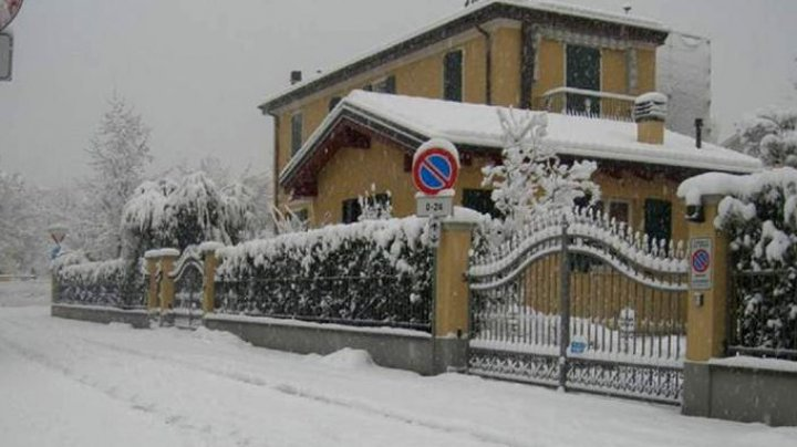 L-au obligat să locuiască în garaj. Un italian și-a găsit casa ocupată și devastată de o familie de români, după ce a plecat într-o călătorie