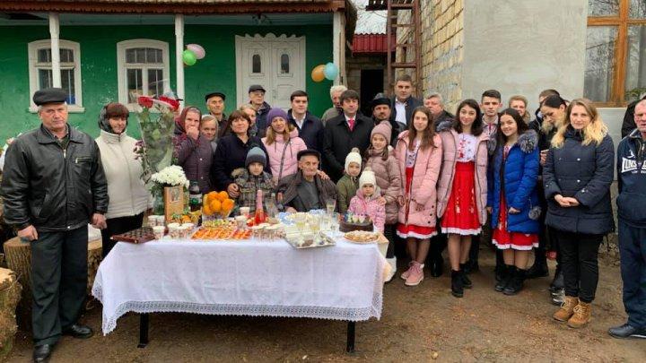 Cel mai bogat om din Moldova trăieşte în Revaca. A împlinit 100 de ani, înconjurat de copii, 23 de nepoţi şi 33 de strănepoţi (FOTO)