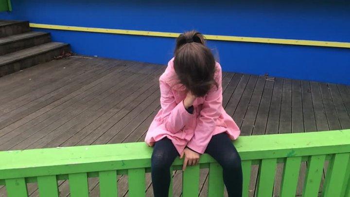 Cum a fost pedepsită o fată de tatăl ei pentru că și-a agresat colegii. Gestul lui a provocat DEZBATERI APRINSE (VIDEO)