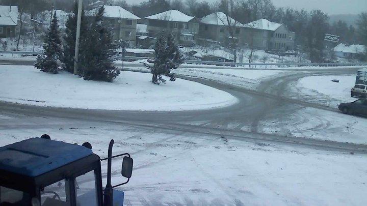 Ninge slab în mai multe zone ale ţării, iar pe anumite porţiuni de drum s-a format polei. Cum se circulă în ţară (GALERIE FOTO)