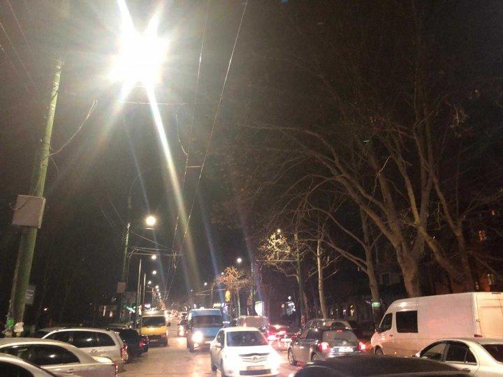 Gata cu întunericul beznă de pe drumuri! Strada Ion Creangă din Capitală, ILUMINATĂ (FOTO)