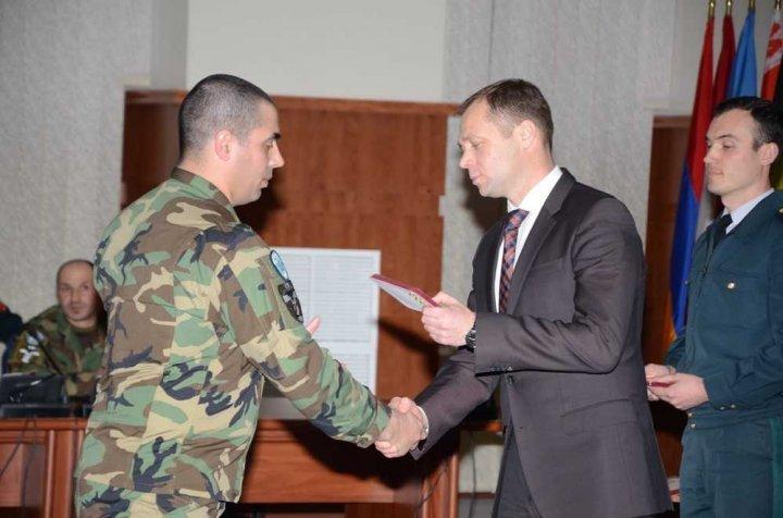 Militarii celui de-al nouălea contingent al Armatei Naţionale, DECORAŢI la Chişinău