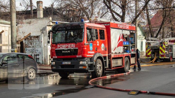 Un autocar de pe cursa Chişinău - Iaşi a ars în totalitate în această dimineaţă în Capitală. Din ce motiv