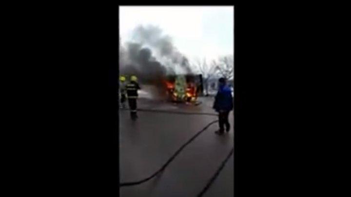 ARDEA CA O TORŢĂ. Un microbuz a fost cuprins de flăcări la Ungheni (VIDEO)