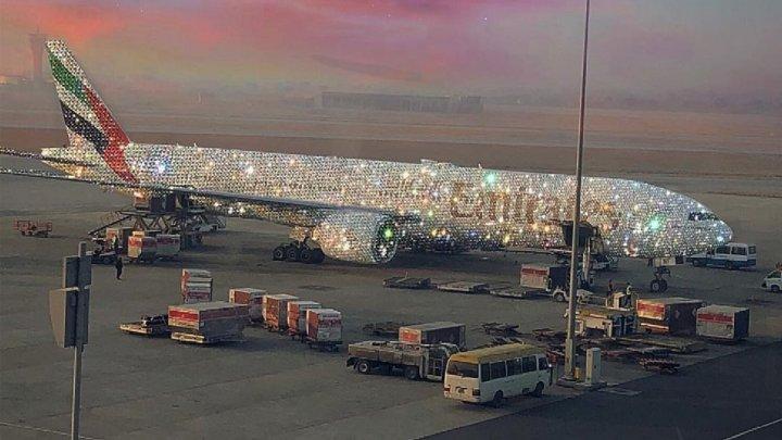 Care este adevărul din spatele imaginii cu avionul acoperit cu diamante (FOTO)