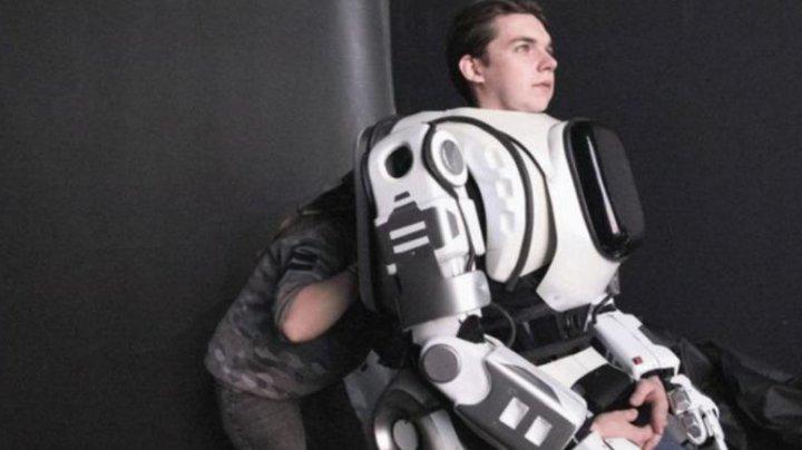 Robotul din Rusia, prezentat drept o minune tehnologică şi care costa 3.000 de euro s-a dovedit a fi... un bărbat îmbrăcat în costum de robot (VIDEO)