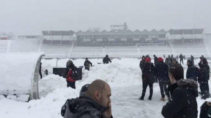 Au venit să joace rugby, însă au ajuns să deszăpezească o pistă de pe aeroport (VIDEO)