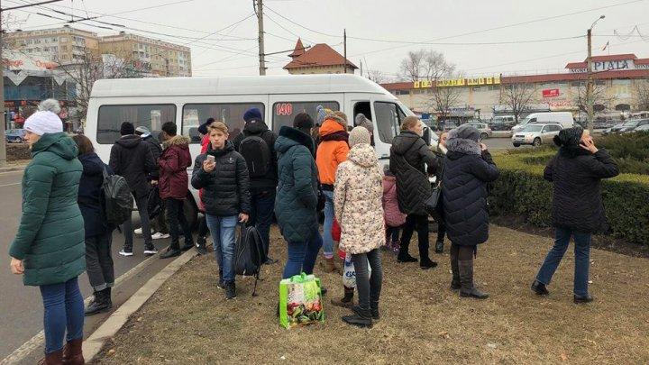 Incident şocant în sectorul Ciocana al Capitalei. Şoferul unui microbuz plin cu pasageri şi-a pierdut cunoştinţa la volan (FOTO)