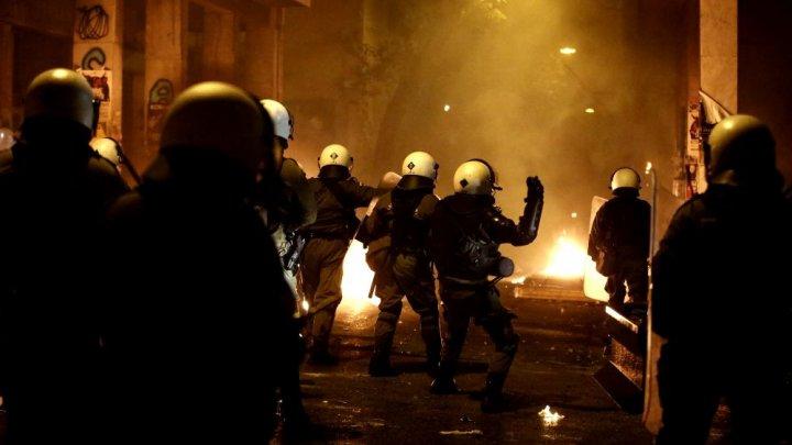 """PROTESTE VIOLENTE la Atena. Oamenii revoltați aruncau cu """"bombe"""" încărcate cu petrol (FOTO)"""