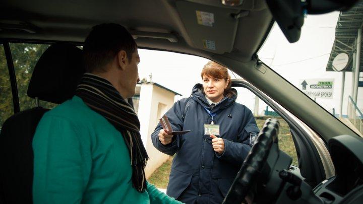 Transportau pasageri şi colete, fără licenţă. Trei moldoveni, cercetaţi de poliţiştii de frontieră