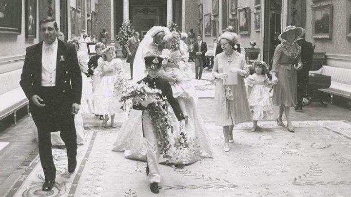 IMPRESIONANT! IMAGINI captate SPONTAN la nunta Prinţei Diana cu Prinţul Charles, dezvăluite (FOTO)