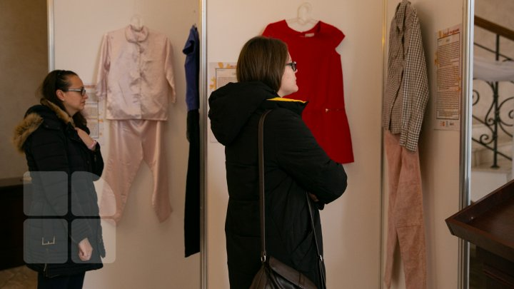 NU DAȚI VINA PE HAINE, expoziția care demonstrează că vestimentația unei femei nu provoacă bărbații (FOTOREPORT)