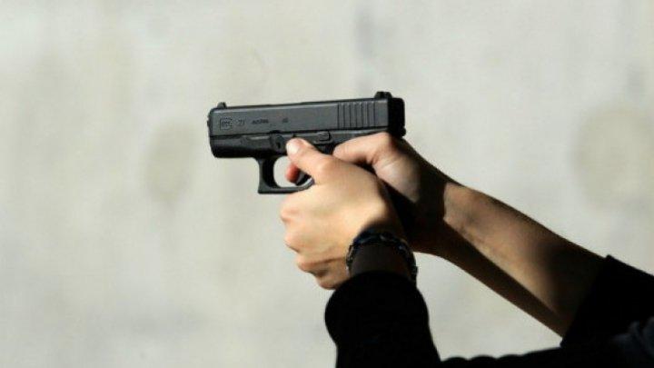 O fată a tras focuri de armă în hoţul care urma să o jefuiască. Tânărul a murit pe loc (FOTO)
