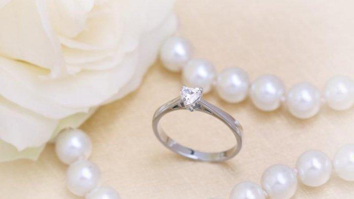 Îndrăgostit, dar neîndemânatic! Şi-a cerut iubita în căsătorie, dar a scăpat inelul într-un canal. Ce a urmat