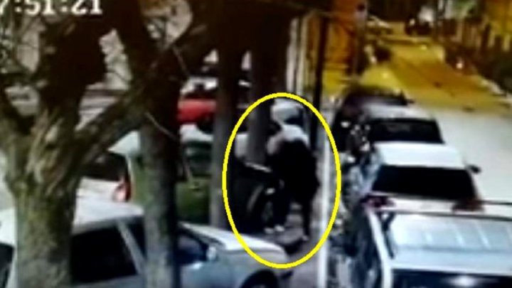 RĂZBUNARE CRUDĂ. Un bărbat, filmat în timp ce TĂIA CAUCIUCURILE şi SPĂRGEA GEAMURILE la mai multe maşini (VIDEO)