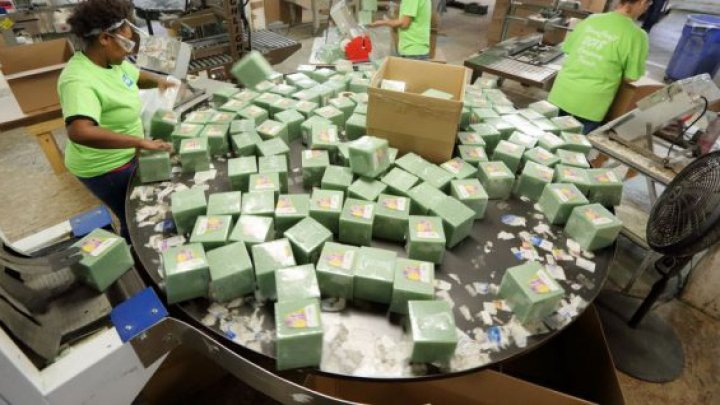 Cadouri prea generoase de Crăciun. O companie a oferit angajaţilor săi bonusuri de mii de dolari (FOTO)