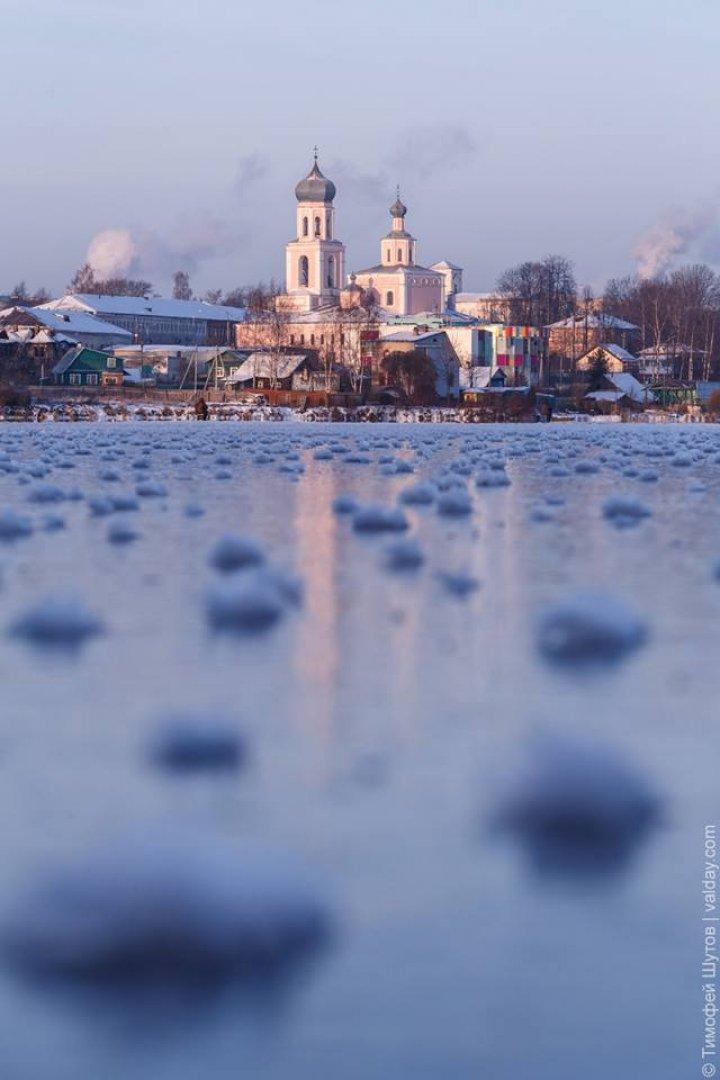 Frumuseţe rară pe un lac din Rusia. IMAGINI CARE ÎŢI TAIE RESPIRAŢIA
