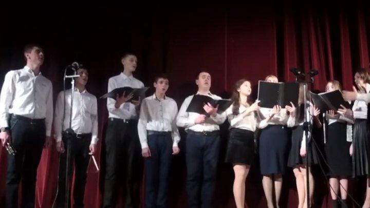 Moment şocant la un concert de Crăciun. Ce s-a întâmplat cu un cântăreţ care s-a prăbuşit pe scenă (VIDEO)
