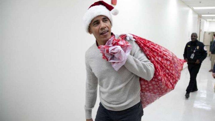 EMOȚIONANT! Fostul președinte american a îmbrăcat costumul de Moş Crăciun și a împărţit cadouri copiilor bolnavi