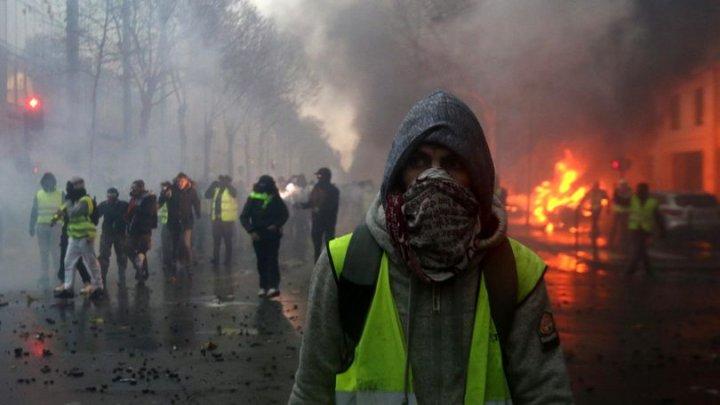ÎN GENUNCHI cu mânile DUPĂ CAP. Peste o sută de COPII au fost arestaţi în Franţa în urma protestelor (VIDEO)