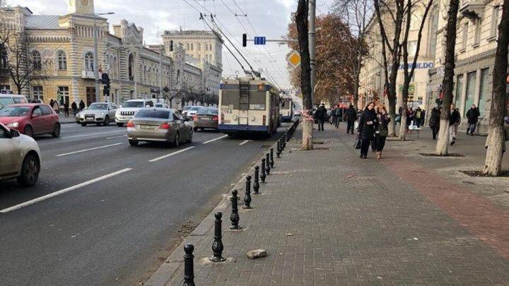Şoferii continuă să parcheze ilegal pe bulevardul Ștefan cel Mare și Sfânt