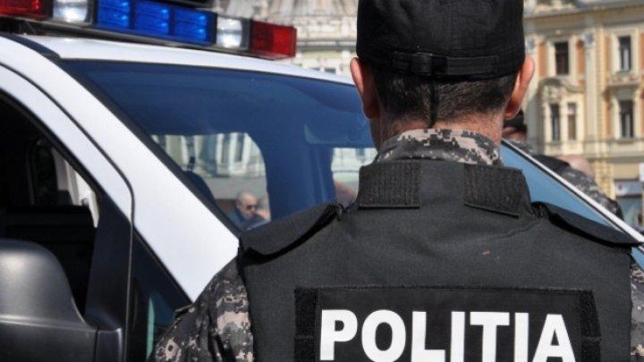 """Sforăia de se cutremura maşina de serviciu. Un poliţist, filmat dormind în timp ce trebuia să fie """"în misiune"""" (VIDEO)"""