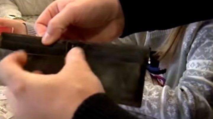 Și-a găsit portofelul după patru ani. A rămas uimit când l-a deschis și a văzut ce era în el (VIDEO)
