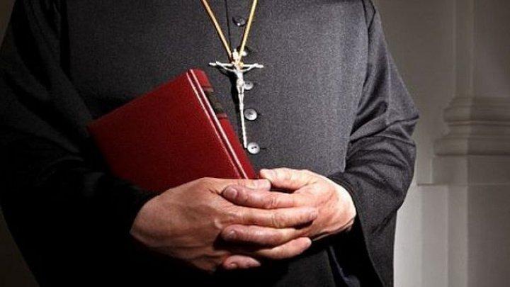 Un preot acuzat de VIOL ŞI PEDOFILIE, a fugit de la judecată, chiar înainte să își afle sentința
