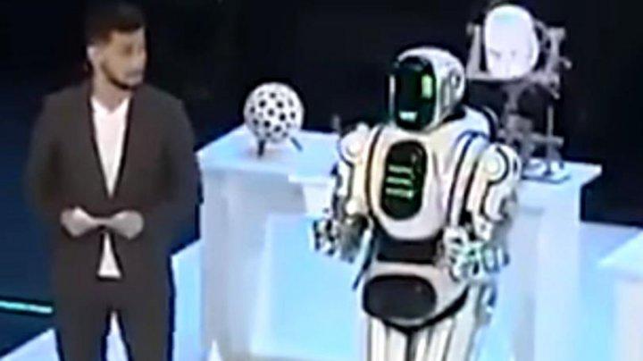 Un robot lăudat de presa rusă s-a dovedit a fi, de fapt, un om costumat. Momentul descoperirii (VIDEO)