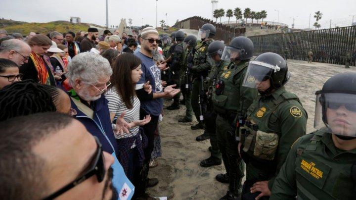 SUA: Cel puţin 32 de protestatari au fost arestaţi în San Diego, la graniţa cu Mexic