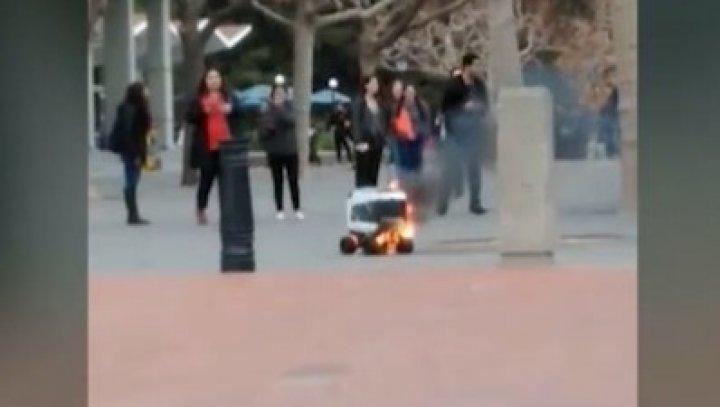 """A livrat mâncarea """"în flăcări"""". Un robot-curier s-a aprins în timp ce deservea clienții (VIDEO)"""
