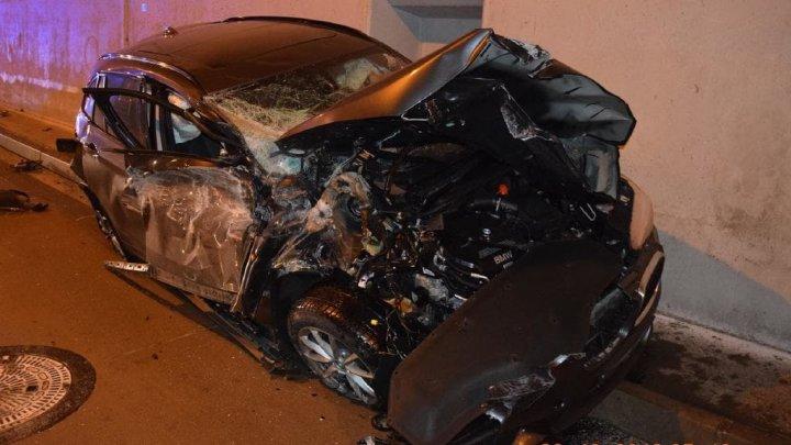 ACCIDENT SPECTACULOS. Un şofer rămâne viu după ce maşina sa devine morman de fiare la intrarea într-un tunel (VIDEO)