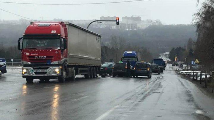 ACCIDENT ÎN LANŢ pe strada Petricani. Cel puţin trei maşini implicate (FOTO)