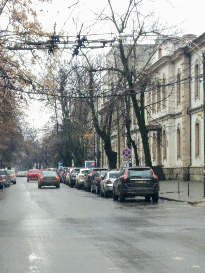Raiul parcărilor ilegale în Chişinău. Strada Mihail Kogălniceanu, redusă la O BANDĂ DIN TREI (FOTO)