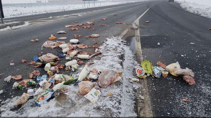REVOLTĂTOR: Bucăţi întregi de carne de porc şi ambalaje de produse lactate, ARUNCATE pe şosea (FOTO)