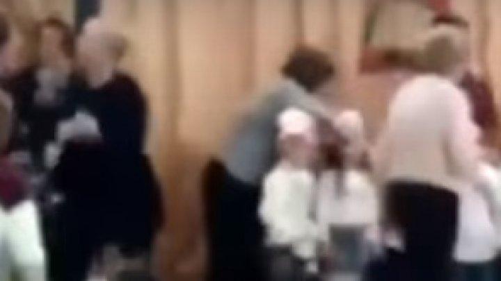Spectacol înainte de Crăciun. Două mame s-au luat la bătaie în faţa copiilor (VIDEO)
