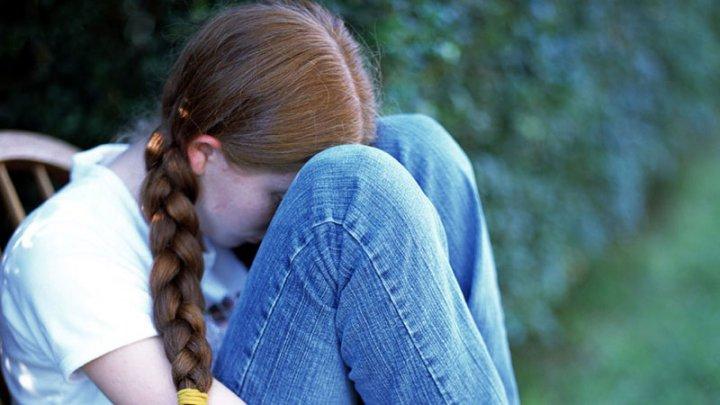 Caz ŞOCANT în România! O minoră moldoveancă a fost violată de concubinul mamei sale, care şi-a lăsat odată copiii în voia soartei