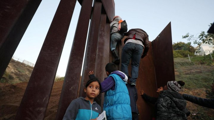 O fetiță de 7 ani a murit la granița Statelor Unite din cauza deshidratării și a șocului