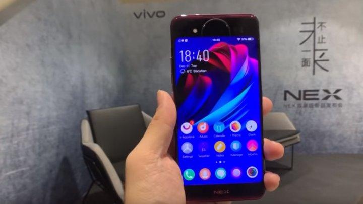 E bătaie mare pe inovaţie în domeniul smartphone-urilor! A fost lansat telefonul cu două fețe. Cum arată şi la ce preţ va fi vândut (VIDEO)