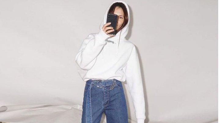 Imaginaţia designerilor vestimentari nu are limită. Cum arată prima pereche de blugi asimetrici (FOTO)