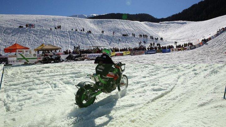 """Emoţii şi adrenalină: La """"Bike and Ski Night Race"""" au participat 13 echipe formate din schiori dar şi motociclişti"""