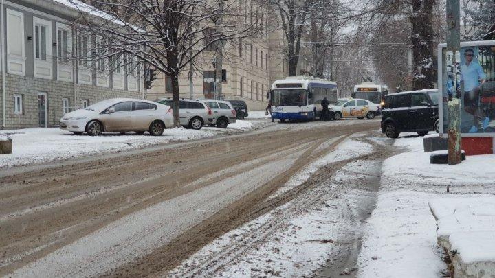 Accident violent în centrul Capitalei. Un taxi şi un troleibuz s-au tamponat violent (GALERIE FOTO)